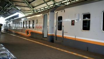 Foto Matangkan Rencana, Ibu Negara Rapat di Kereta Menuju Cirebon