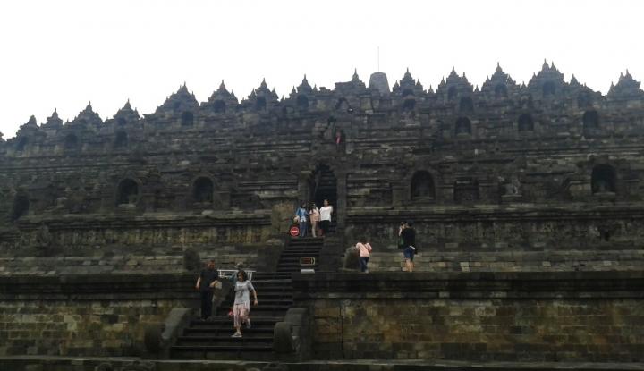 Foto Berita Pengunjung Pertama Candi Borobudur Diarak Naik Gajah