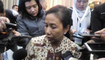 Foto Menteri Rini Kaget, Tiang Listrik Jadi Pondasi Rumah