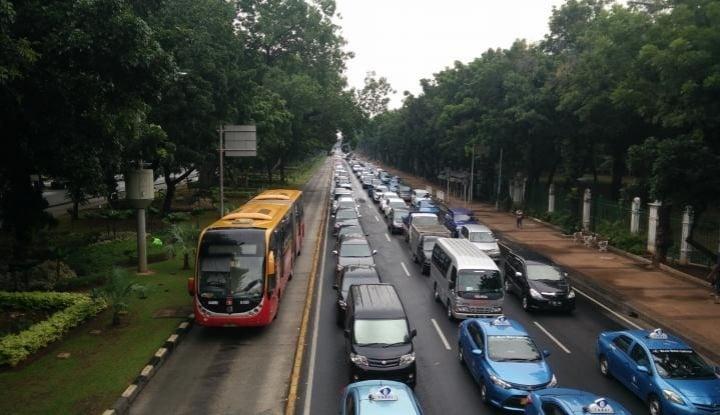 Foto Berita Gara-Gara Ganjil Genap, Pendapatan Taksi Online Menurun