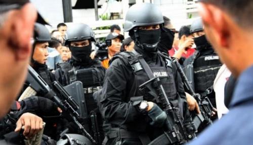 Foto Polisi Gerebek Pabrik Pembuat Mie Berformalin