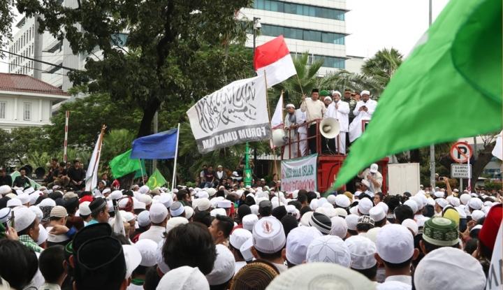 Massa Mau Bakar Poster Habib Rizieq Shibab, PA 212 Meradang