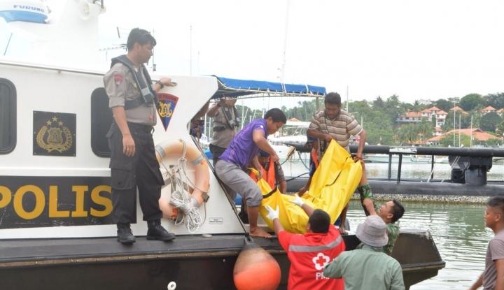 Foto Berita Dihantam Ombak, 13 ABK Berhasil Selamat