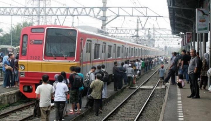 Foto Berita Menumpuk di Stasiun Cawang, Penumpang Kereta Kecewa