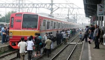 Foto Menumpuk di Stasiun Cawang, Penumpang Kereta Kecewa