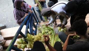 Foto Wah, Pedagang Ketupat di Bogor Kewalahan Terima Order