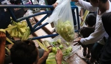 Foto Ketika Perajin Ketupat Raup Untung Jutaan Rupiah