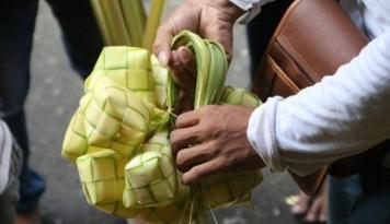 Menyayat Hati, Pedagang Selongsong Ketupat Obral Dagangan karena Gak Laku!