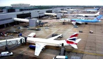 Foto Bandara Humburg Ditutup Akibat Zat Korosif Bocor