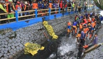 Foto TKA Ilegal Harus Dihukum Bersihkan Selokan, Tegas Sandiaga