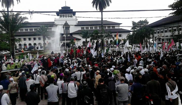 Foto Berita Massa Aksi Simpatik Bela Tauhid Penuhi Halaman Gedung Sate