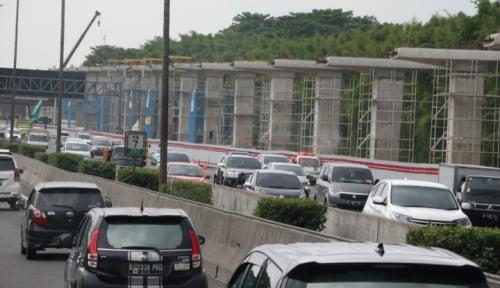 Foto Pemasangan Tiang Penyangga LRT, Pemprov DKI Siapkan Rekayasa Lalin