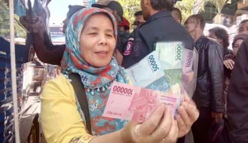 Viral! Wanita Tebar Uang di Jalanan dari Atas Mobil