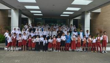 Foto 100 Siswa Kurang Mampu Dapat Beasiswa PT Len