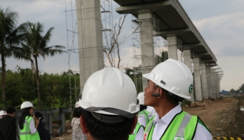 Foto Ahok Yakin LRT Selesai Sebelum Asian Games 2018