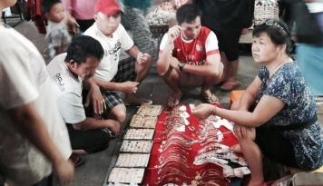 Foto Petugas Imigrasi Tangkap Warga Tiongkok Jualan di Pasar Palopo