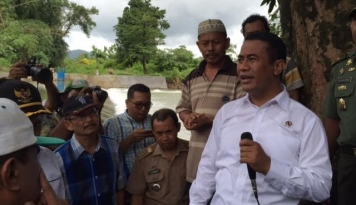 Foto Menteri Amran Panen Raya Bareng Para Petani Jagung