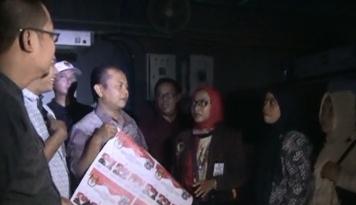 Foto Insiden Mati Lampu Warnai Percetakan Perdana Surat Suara Pilgub DKI