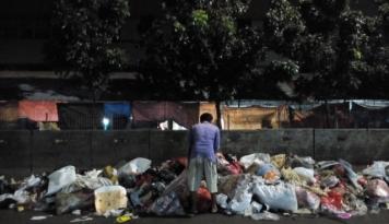 Foto Waspada! Seorang Pria Temukan Granat Aktif di Tumpukan Sampah