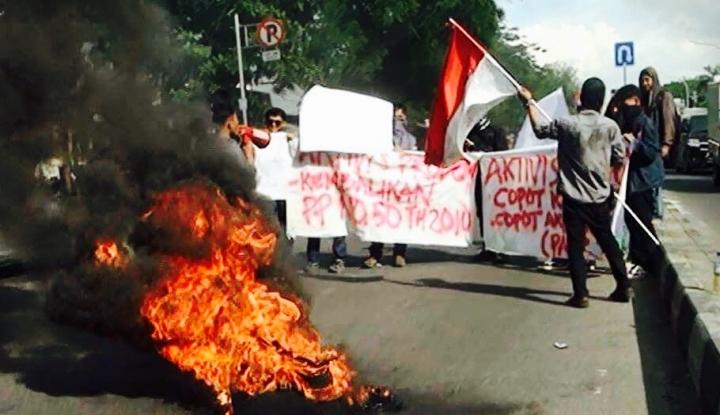 Foto Berita Mahasiswa Makassar Bakar Ban Tolak Kenaikan PNBP