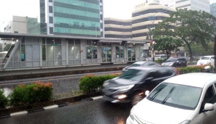 Beredar Video Seorang Wanita Tergeletak di Halte Bus Transjakarta