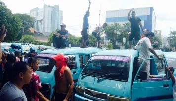Foto 29 Maret, Sopir Angkot Se-Depok Mogok Massal, Tuntut Ojek Online