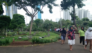 Viral, Kuburan di Tengah Jalan: Jakarta Sempit Bos!