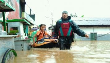 Foto Respon Cepat, Dompet Dhuafa Turunkan Tim Evakuasi Banjir Jakarta