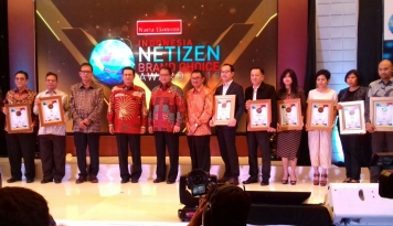 Foto TSI Bangga Raih Penghargaan Indonesia Netizen Brand Choice 2017