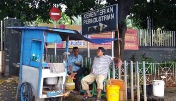 Foto Patut Dicontoh! Pedagang Pecel Lele Lamongan dan Sate Madura Sepakat Tak Mudik