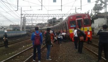 Foto KRL Relasi Bekasi-Manggarai Anjlok di Jatinegara