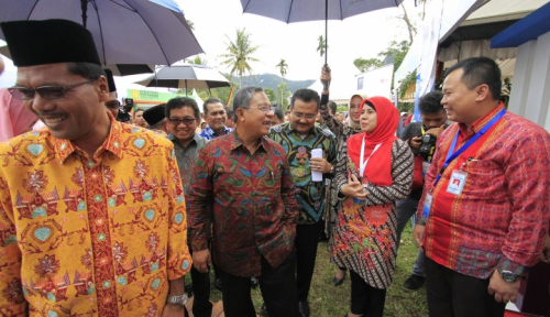 Foto Lagi Pidato Batuk-batuk, Menteri Rini Langsung Antar Air ke Menteri Darmin