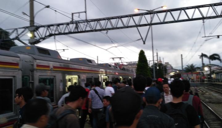 Masih Proses Evakuasi, Ratusan Penumpang di Stasiun Cilebut Terlantar - Warta Ekonomi