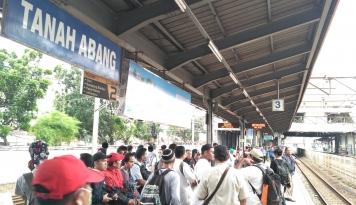 Foto KRL Tujuan Tanah Abang Berhenti di Stasiun Manggarai