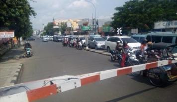 Foto Mobil Terobos Perlintasan Kereta, Tiga Orang Tewas
