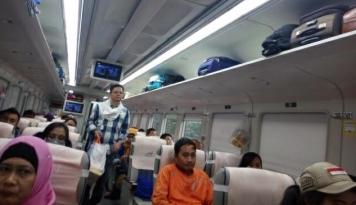 Foto Tiket Kereta Api Tujuan Surabaya Terjual 100%