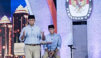 Foto Gunakan Baju Warna Biru, Anies-Sandi Hadiri Pleno Penetapan Gubernur Baru