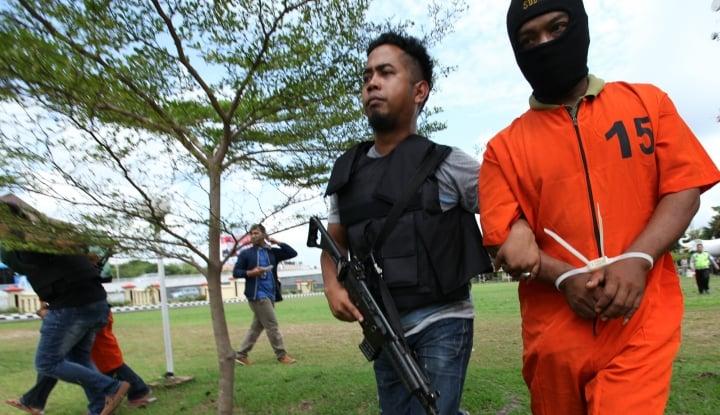 Foto Berita Densus 88 Tangkap Dua Terduga Teroris di Sidoarjo