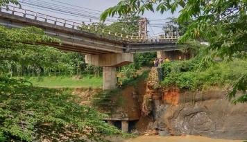 Foto Jembatan Cipamingkis Jonggol Patah, Jalur ke Cianjur Putus