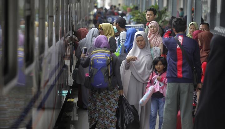 Foto Berita Puluhan Ribu Pengunjung Padati Stasiun Rangkasbitung