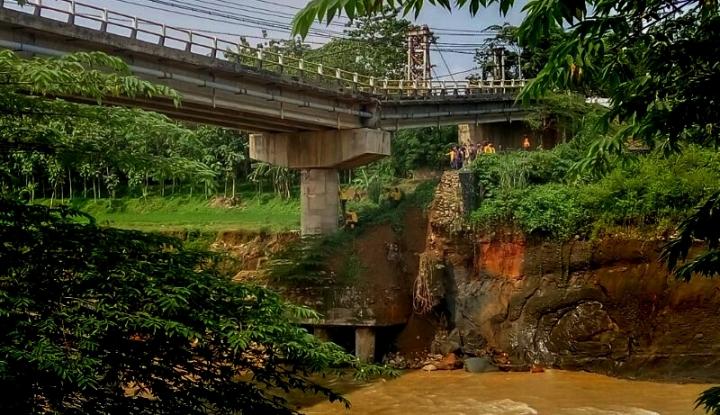 Foto Berita Jembatan Penghubung di Cianjur Putus