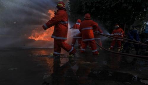 Foto Bus Terbakar di Jalan Tol Jakarta- Cikampek