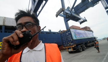 Foto Pelindo Bagikan 1.500 Paket Bahan Pokok di Lombok Barat