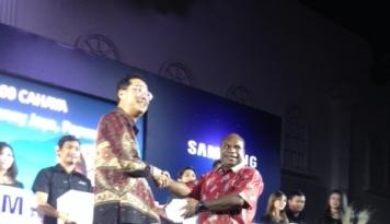 Foto Samsung Bagi-bagi Lentera Tenaga Surya untuk Rakyat Papua