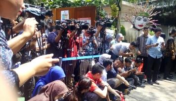 Foto Wapres JK Bagi-bagi Kue ke Awak Media di TPS 03