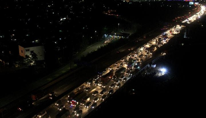 Foto Mudik Lebaran - Arus Lalu Lintas di Tol Jakarta-Cikampek Masih Padat