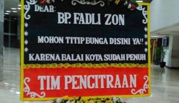 Foto Heboh Karangan Bunga untuk Fadli Zon