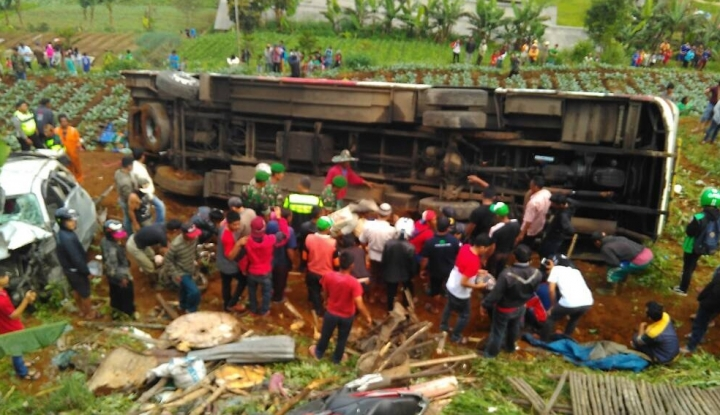 Dua Orang Tewas Akibat Bus Pariwisata Tabrak Truk - Warta Ekonomi