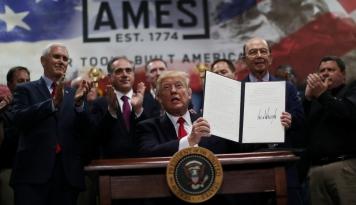 Foto Trump Teken Perintah Eksekutif Izinkan Pengeboran Minyak di Arktik