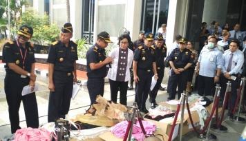 Foto Bea Cukai Ungkap Penyelundupan Tekstil Senilai Rp125 Miliar